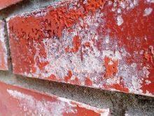 Высолы на кирпиче: как убрать, почему появляются