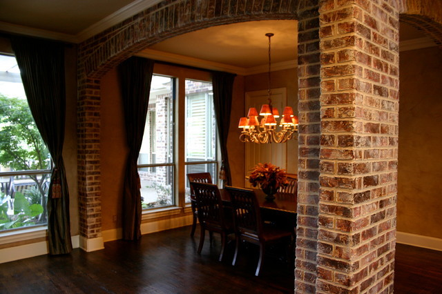 Кирпичная стена в интерьере прихожей, гостиной и спальне