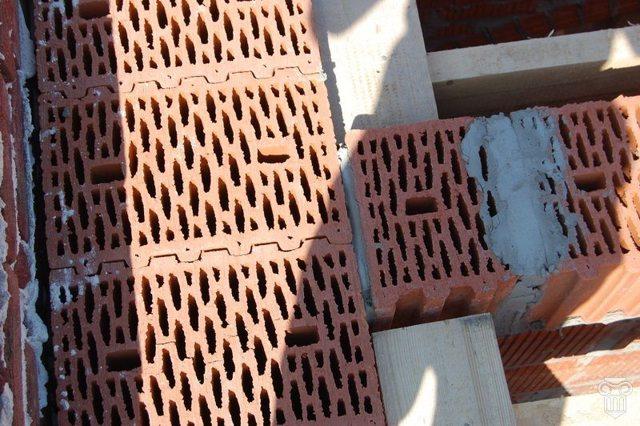 Кирпичный блок: преимущества, применение, кладка