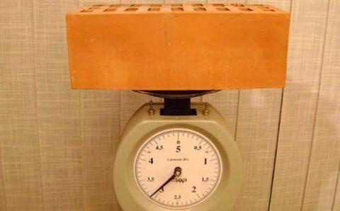 Сколько весит поддон кирпича и от чего зависит вес?