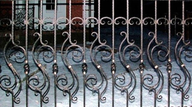 Ковано-кирпичный забор: как сделать, преимущества