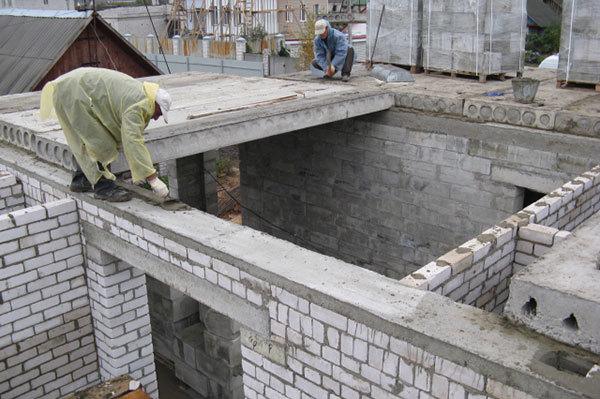 Укладка плит перекрытия на кирпичную стену: расчет параметров