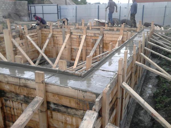 Фундамент под кирпичный дом: ленточный, монолитный, плитный