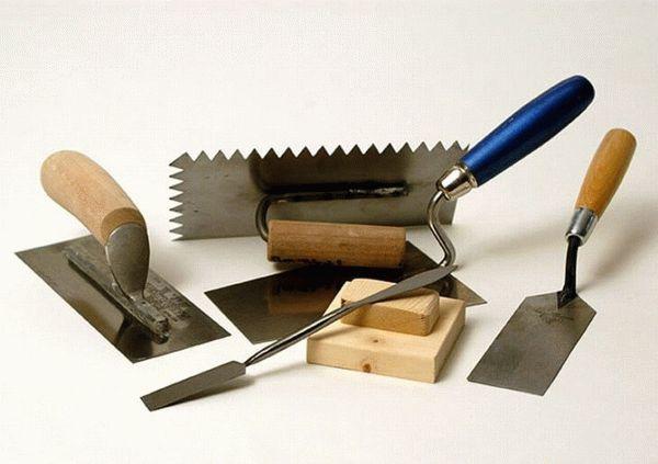 Отбивка штукатурки с кирпичных поверхностей аппаратами и вручную