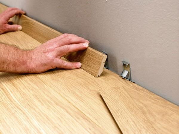 Плинтус у кирпичной стены: нужен ли, как крепить