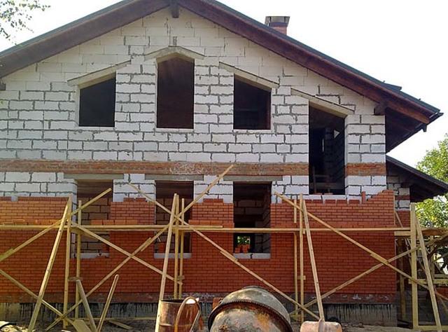 Облицовка дома из газобетона кирпичом: кладка, недостатки