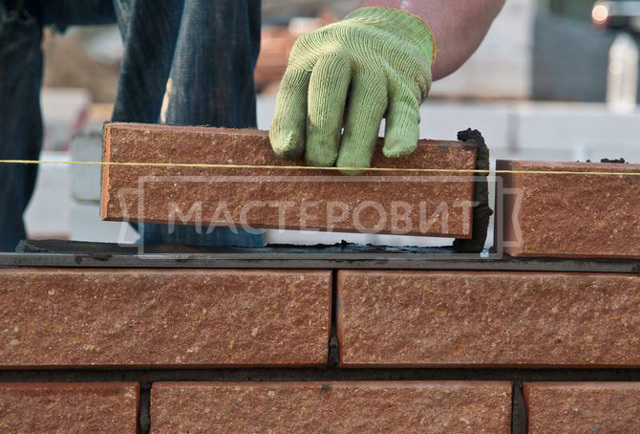 Забор из кирпича и дерева: процесс строительства