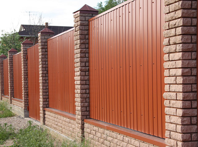 Забор из кирпича и профнастила: установка, как подготовить проект