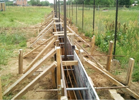 Комбинированный забор с кирпичными столбами: преимущества