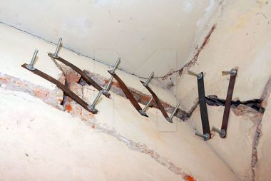 Трещина в стене кирпичного дома: что делать, причины, устранение